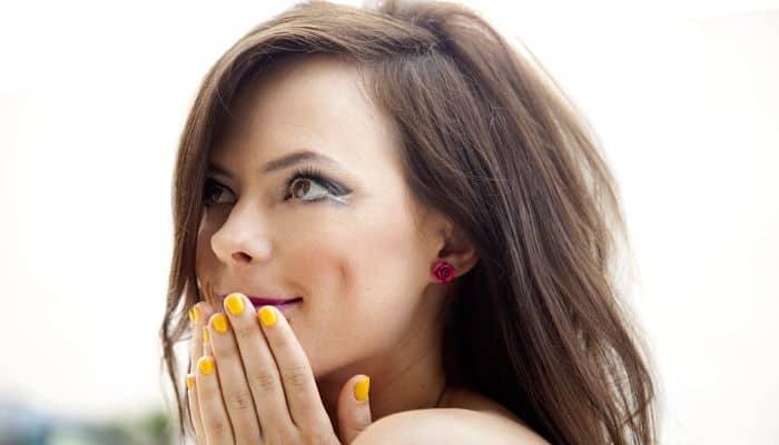 Chica con las uñas pintadas