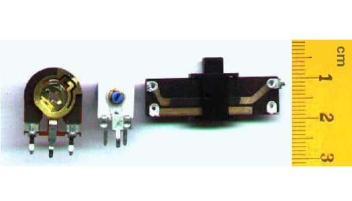 Dos potenciómetros de ajuste y un regulador deslizante