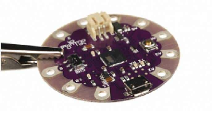 Conector USB-Micro hembra en una placa USB LilyPad Arduino