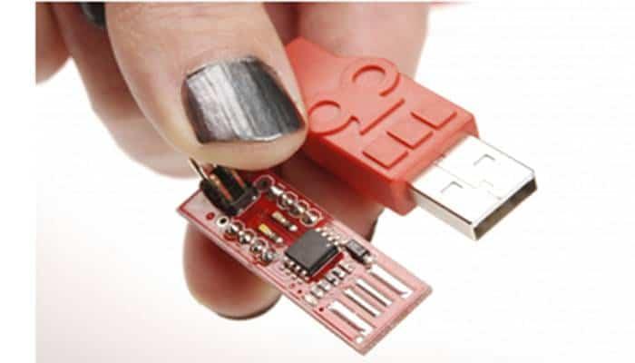(Dos tipos de conectores USB-A macho, en un cable SparkFun Cerberus y una placa de desarrollo AVR Stick)