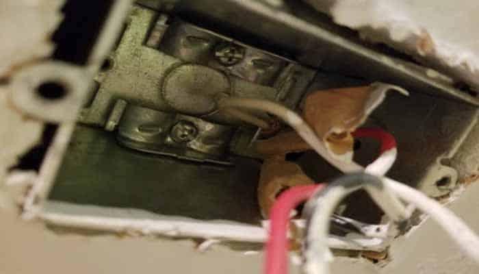conectar los cables donde ira el tomacorriente polarizado