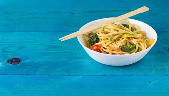 Fideos Udon con camarones y verduras