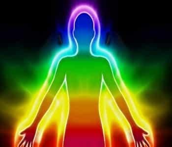Misteriosa, inexplicable, mágica: el aura es un término del esoterismo y describe un espectro de colores que rodea el cuerpo como una especie de nube. Este campo energético de colores proporciona información sobre el carácter de una persona, otros colores pueden reflejar estados de ánimo y emociones actuales. Pero ¿Cómo Saber El Color De Mi Aura?